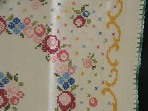 00167 Tablelinens profusely embr French cloth 29.5 sq