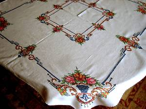 00192 Tablelinens acao cloth heavily embroidered 31x32